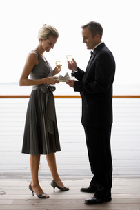Man giving gift to wifeの写真素材 [FYI01993328]