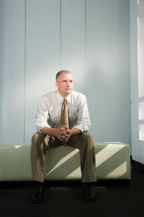man sitting in benchの写真素材 [FYI01993344]