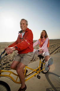 Senior couple riding a tandem bikeの写真素材 [FYI01993389]