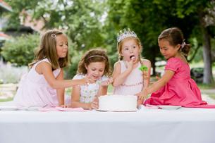 Girls eating birthday cakeの写真素材 [FYI01993519]