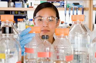 scientist reaching for bottleの写真素材 [FYI01993521]