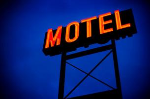 Neon motel sign at nightの写真素材 [FYI01993524]