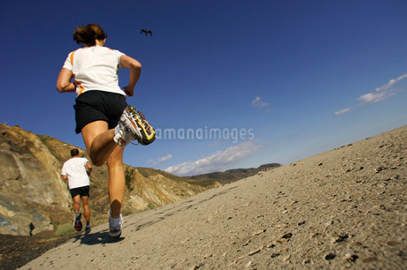Couple jogging on craggy trackの写真素材 [FYI01993556]
