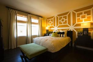 Contemporary Bedroom in Green and Orangeの写真素材 [FYI01993569]