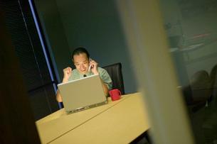 man celebrating at laptopの写真素材 [FYI01993573]