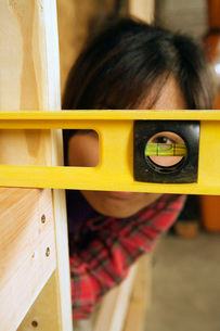 woman using construction toolsの写真素材 [FYI01993594]