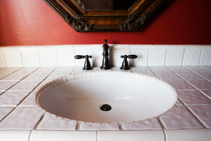 White Tiled Sink with Iron Faucetの写真素材 [FYI01993599]