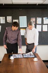 men looking at portfolioの写真素材 [FYI01993604]