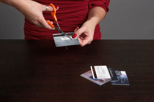 Woman cutting credit cardsの写真素材 [FYI01993610]