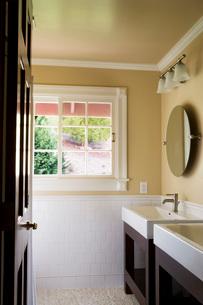 Door Open to Contemporary Bathroomの写真素材 [FYI01993618]