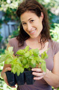 Woman holding potted plantsの写真素材 [FYI01993649]