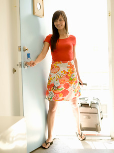 Woman opening hotel room doorの写真素材 [FYI01993672]