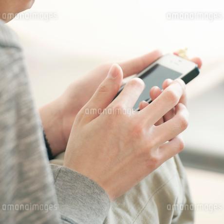 スマートフォンを操作する男性の手元の写真素材 [FYI01993677]