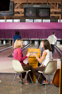 Friends toasting in bowling alleyの写真素材 [FYI01993690]