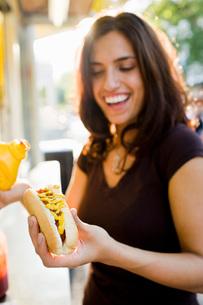 Woman eating hot dogの写真素材 [FYI01993695]