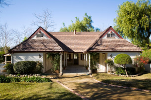 Front Exterior of Country Style Homeの写真素材 [FYI01993724]