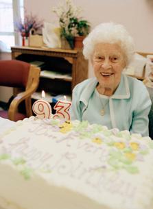 Elderly adult woman with birthday cakeの写真素材 [FYI01993751]