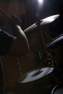 Drummer playing in recording studioの写真素材 [FYI01993762]