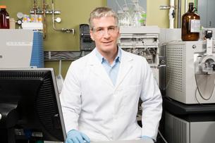 Male scientist in laboratoryの写真素材 [FYI01993839]