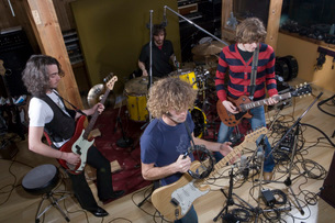 Band playing music in recording studioの写真素材 [FYI01993846]