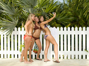 girls in bikinis taking picturesの写真素材 [FYI01993848]