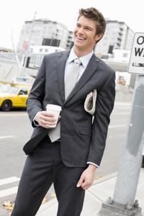 Businessman standing on sidewalkの写真素材 [FYI01993930]