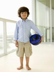 Boy holding soccer ballの写真素材 [FYI01993935]
