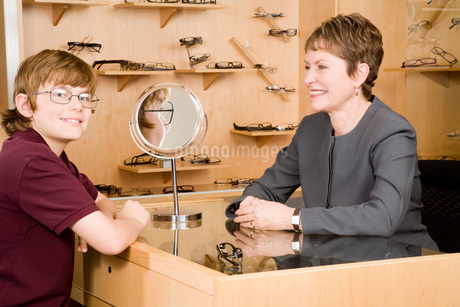 optician with boy in officeの写真素材 [FYI01993958]