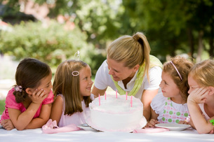 Mother holding daughters birthday cakeの写真素材 [FYI01993992]