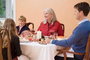 Family eating Christmas dinnerの写真素材 [FYI01993995]
