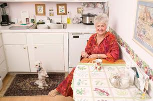 Woman drinking tea in kitchenの写真素材 [FYI01993996]