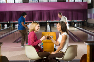 Friends toasting in bowling alleyの写真素材 [FYI01994024]