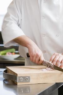 Male chef chopping onionの写真素材 [FYI01994027]
