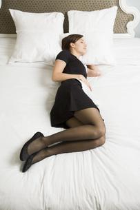 Maid sleeping on bedの写真素材 [FYI01994030]