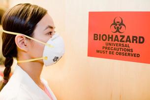 scientist looking at biohazard signの写真素材 [FYI01994049]