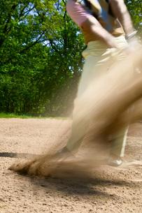 Blurred motion of man swingingの写真素材 [FYI01994087]