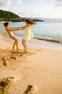 Friends playing on beachの写真素材 [FYI01994090]