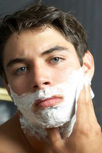Teenage boy rubbing shaving creamの写真素材 [FYI01994099]