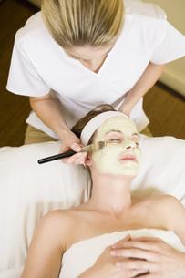 Woman receiving facial spa treatmentの写真素材 [FYI01994128]