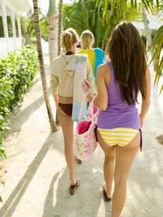 girls in bikinis walking to beachの写真素材 [FYI01994129]