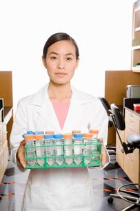 scientist holding tray of vialsの写真素材 [FYI01994135]