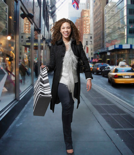 Woman carrying shopping bagsの写真素材 [FYI01994231]