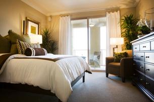 Cozy Bedroom with Balconyの写真素材 [FYI01994244]