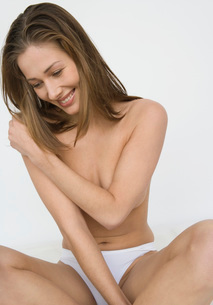Nude woman covering her breastsの写真素材 [FYI01994293]