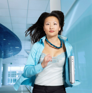 woman running with laptopの写真素材 [FYI01994305]