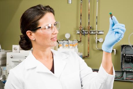 scientist examining vialの写真素材 [FYI01994312]