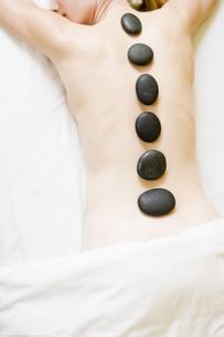 Woman receiving spa stone treatmentの写真素材 [FYI01994386]