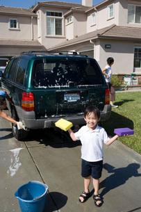 Boy washing carの写真素材 [FYI01994405]