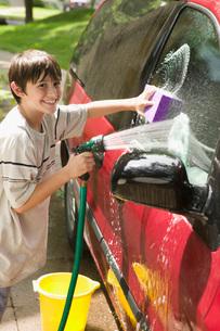 boy washing the carの写真素材 [FYI01994447]
