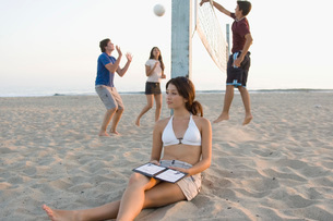 Teenagers playing beach volleyballの写真素材 [FYI01994503]